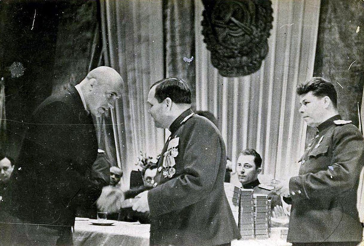 Награждение ударников труда орденами и медалями. Вручает Никишов И.Ф.