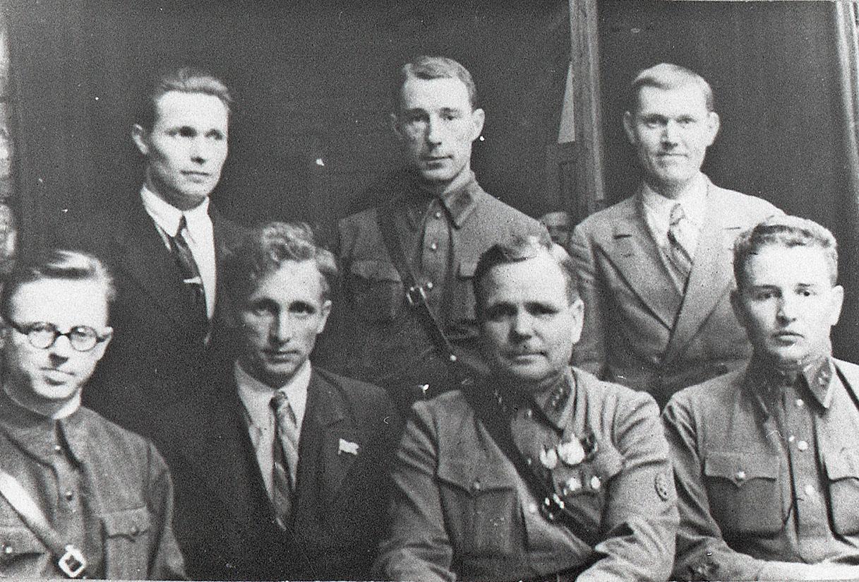 В нижнем ряду, второй справа - Никишов И.Ф.