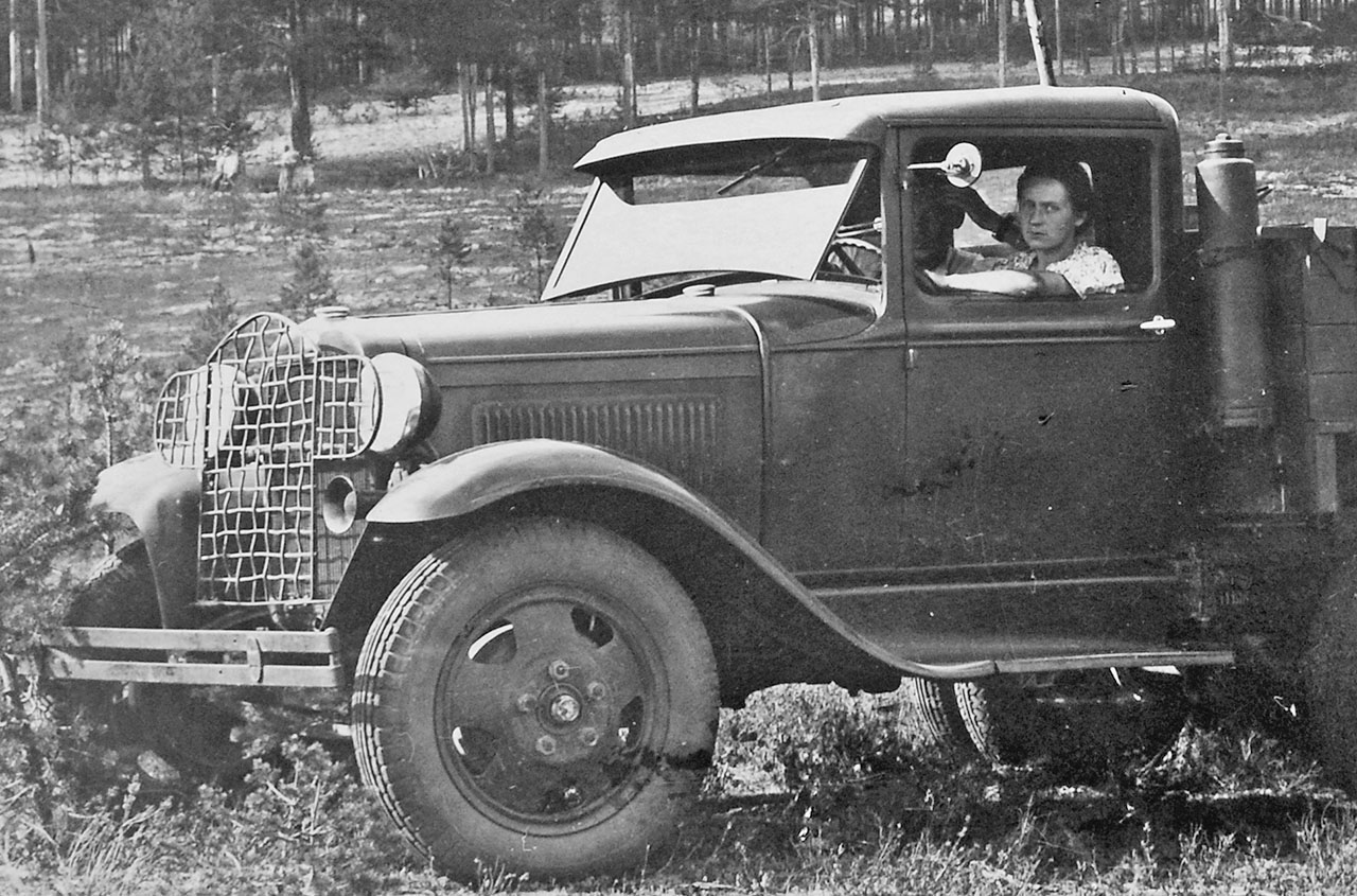Пушонок (Савельева) Вера Фёдоровна. Водитель Аткинской автобазы. 1941 год.