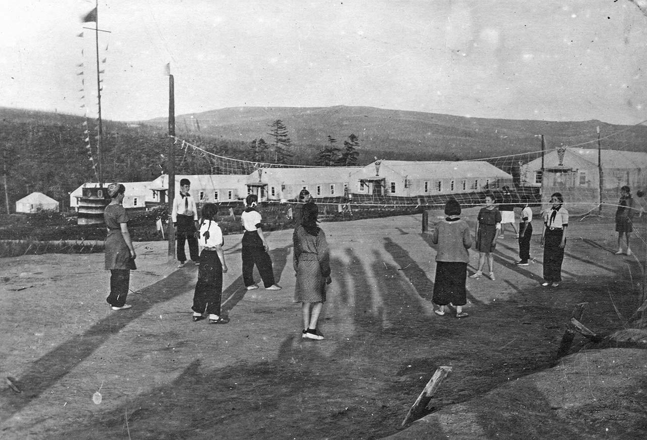 Отдых детей в пионерском лагере.