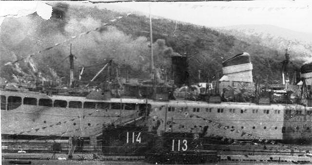 Бухта Нагаева. Подводные лодки 171 бригады у борта ПКЗ-62 «Бирюса».
