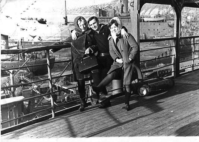 Шефы из Пединститута города Магадана в гостях на корме ПКЗ-62 «Бирюса». На заднем плане видна плавбаза «Север». 1967-68 года.