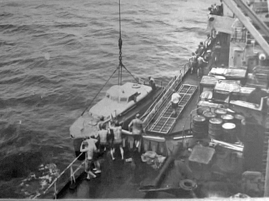 Плавбаза ПБ-3 «Магаданский комсомолец». Подъем катера