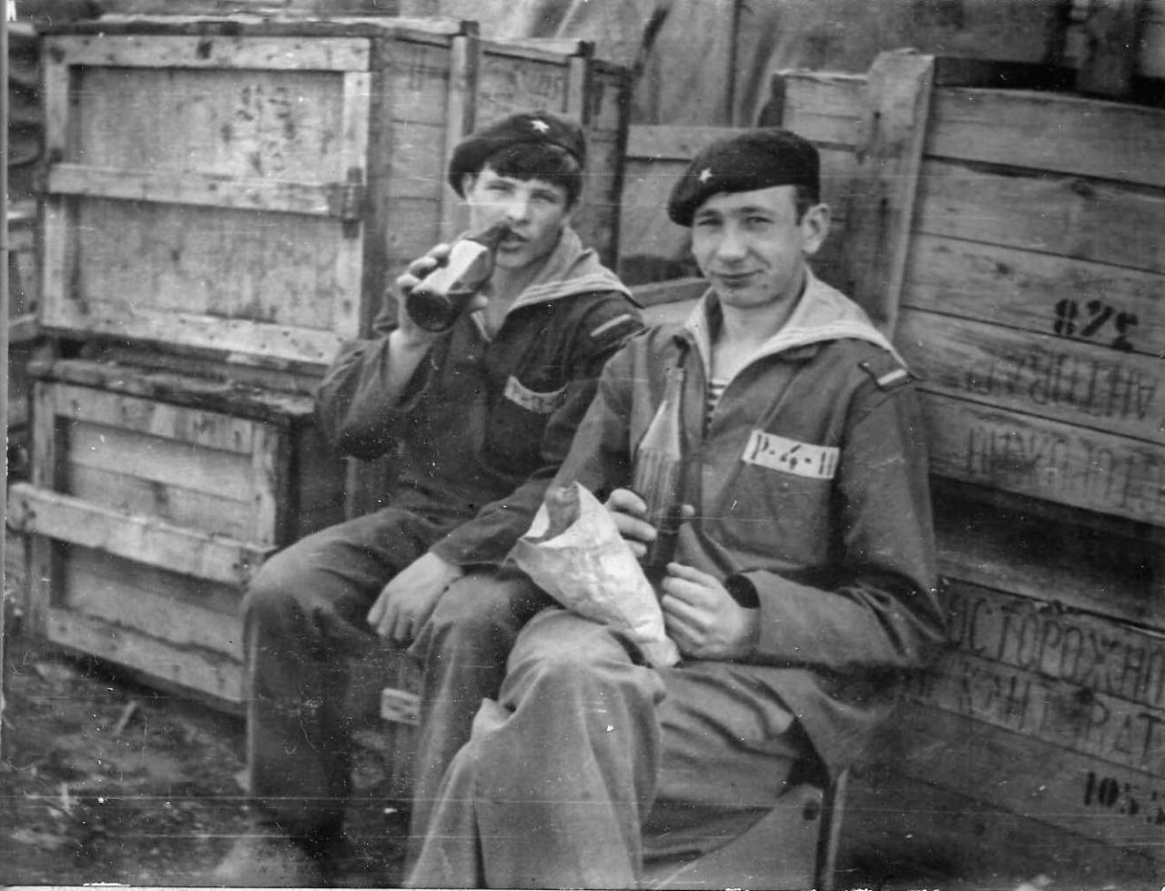 Экипаж «Магаданского комсомольца» на хоз. работах на базе флота (9-й км). 1973 год.