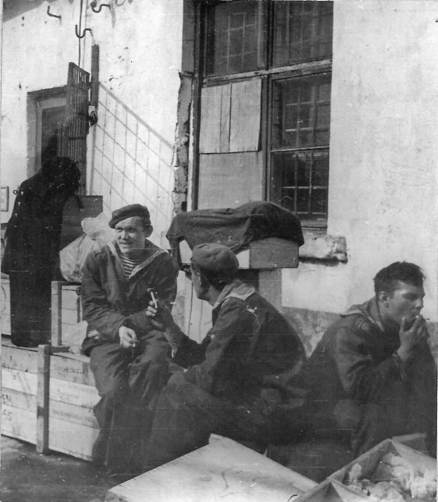 Экипаж «Магаданского комсомольца» на хоз. работах. 1973 год.