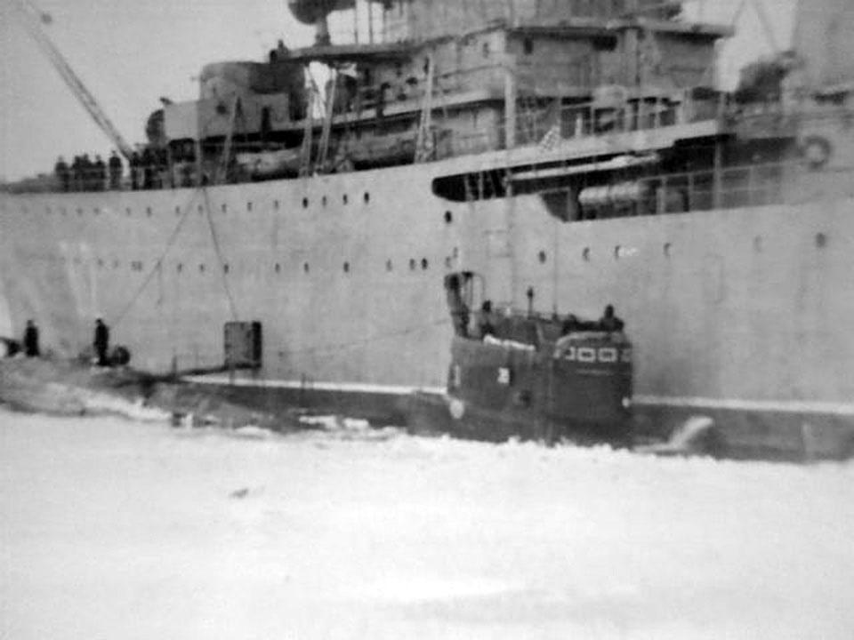 С-327. Погрузка торпед в кормовой отсек с плавбазы. Магадан, 1989 год