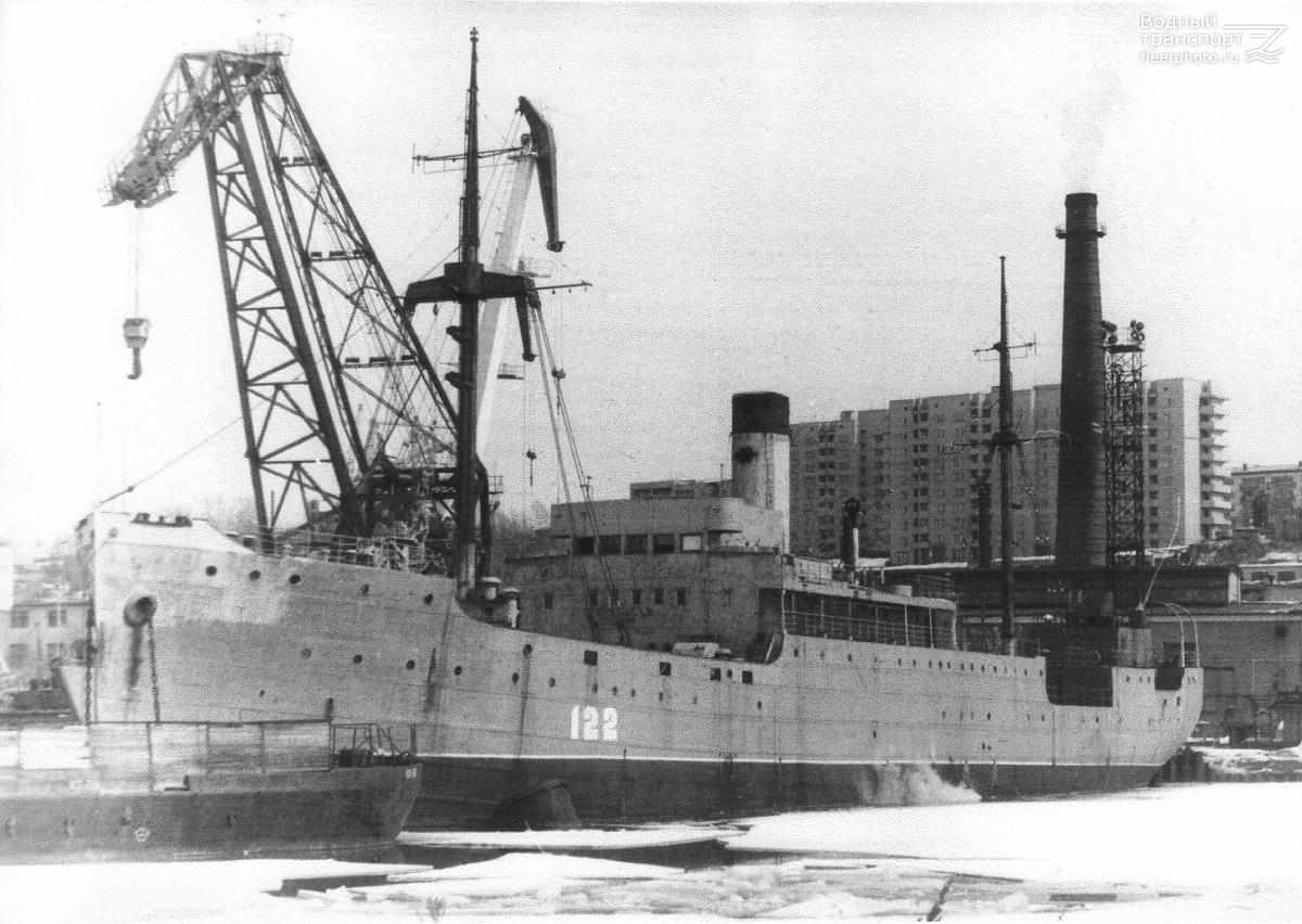 ПКЗ-122 (бывшая плавбаза «Север»).
