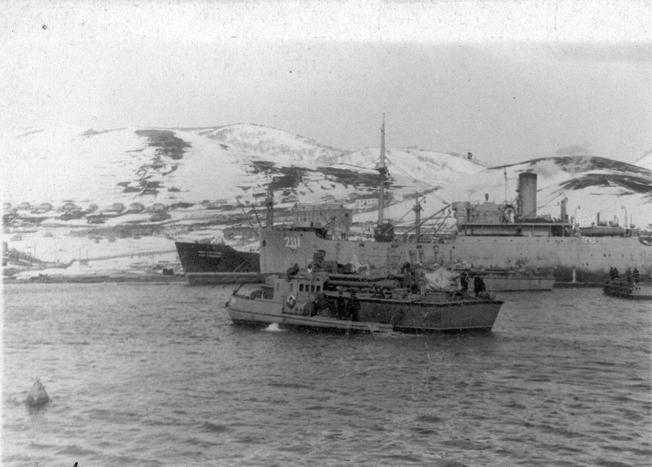 На заднем плане видна плавбаза торпедных катеров «Север». Апрель 1954 года.