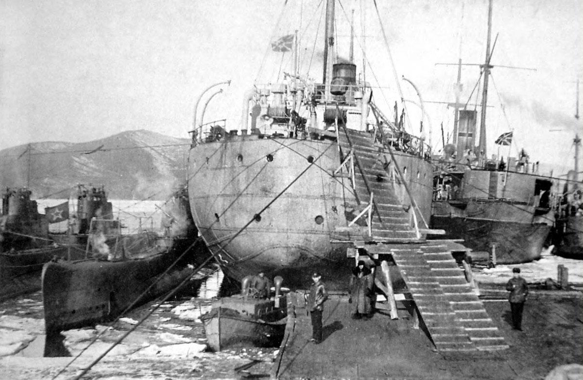 Подводные лодки V серии у борта плавбазы «Саратов». 1933-1934 года.