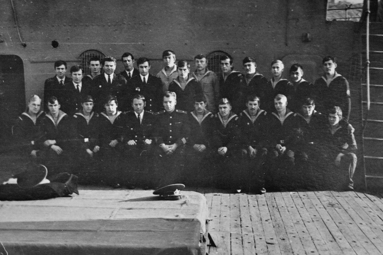 Экипаж С-286 во главе с командиром лодки капитаном 3 ранга Бабушкиным на палубе плавбазы «Север». Советская гавань, 1976 год.