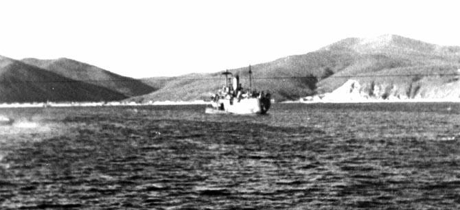 Залив Владимир. Плавбаза «Север» с пришвартованной лодкой.