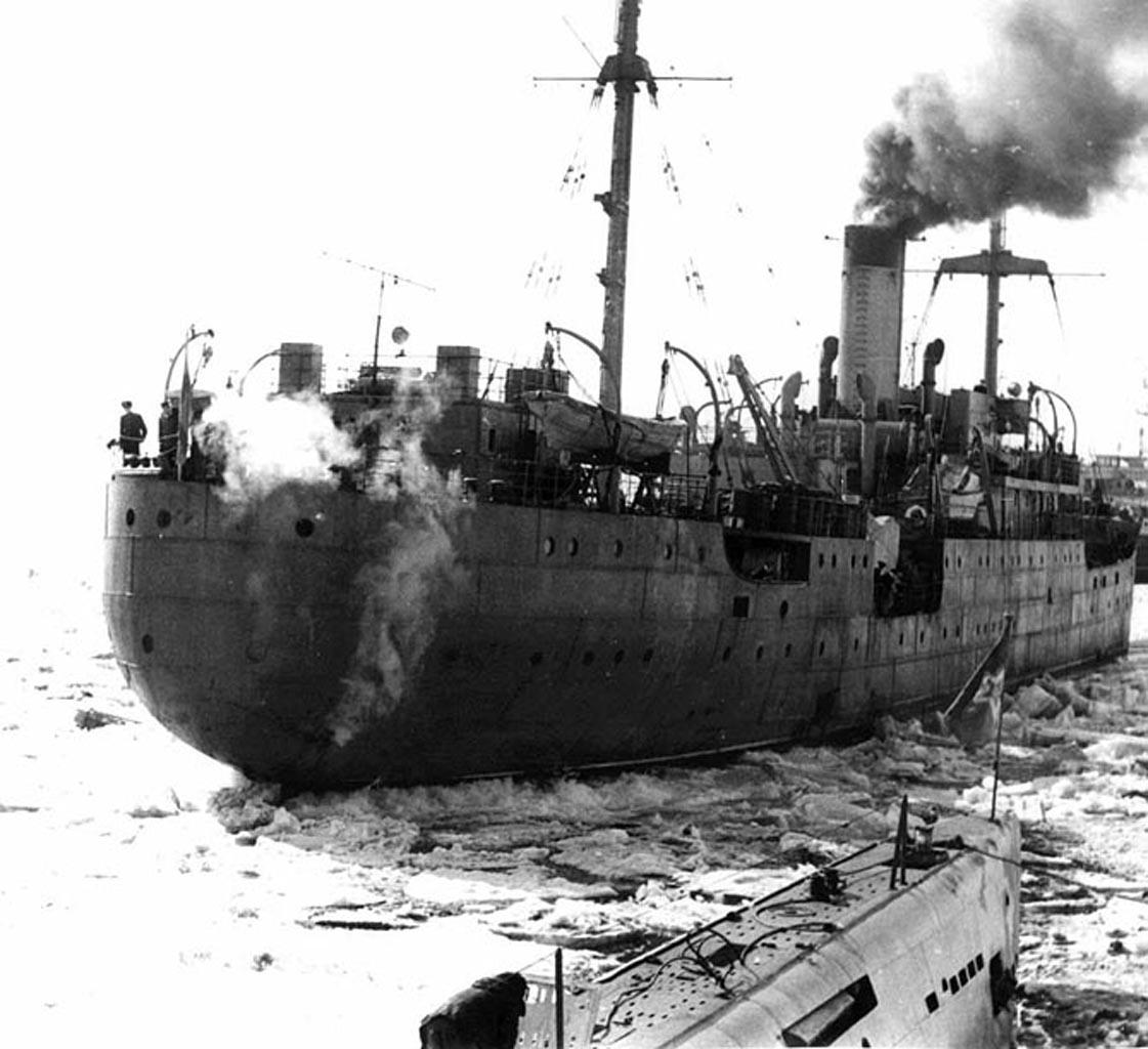 Наша плавбаза «Север». На снимке изображён беспокойный момент, связанный с переходом к северной стороне бухты для бункеровки.