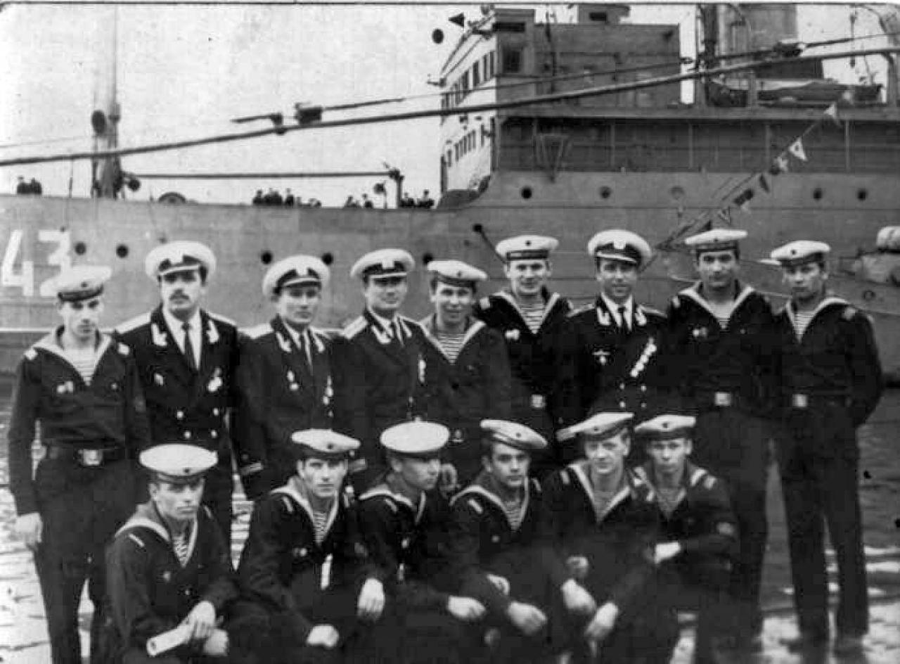 Экипаж ПЛ 171 бригады на фоне своей плавбазы «Север». Июнь 1968 года.