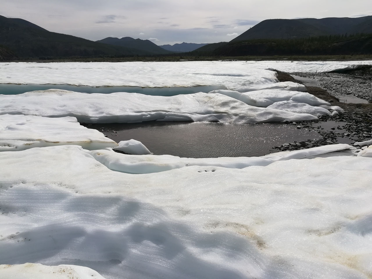 Ледник в солнечных лучах.