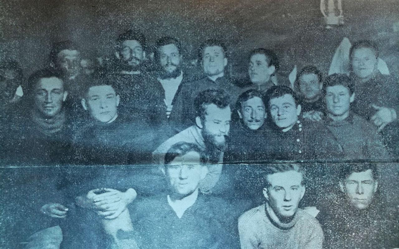 На этой старой и не совсем удачной фотографии участники первой экспедиции на своей базе – ключе Безымянном. В верхнем ряду слева в тени стоит Петр Майоров. Это, возможно, единственное фото с его изображением.