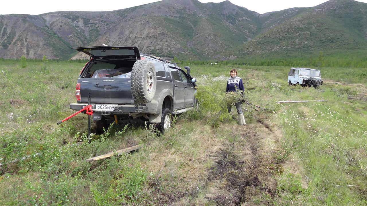 Вызволение машины из болота.