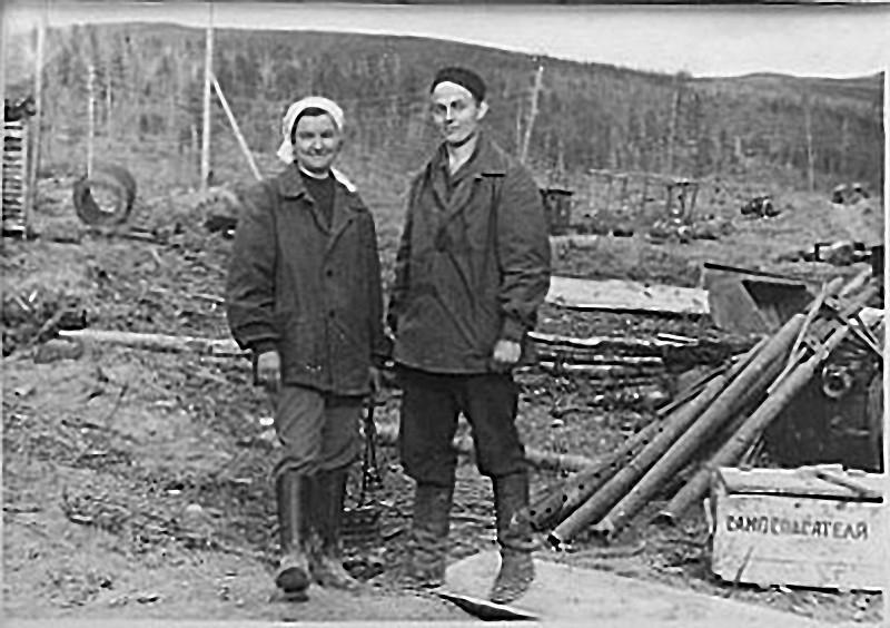 Прииск имени 40 лет октября, участок Юбилейный. Тина и Стариков Сергей на шахте объекта Отвесный. 1967 год.