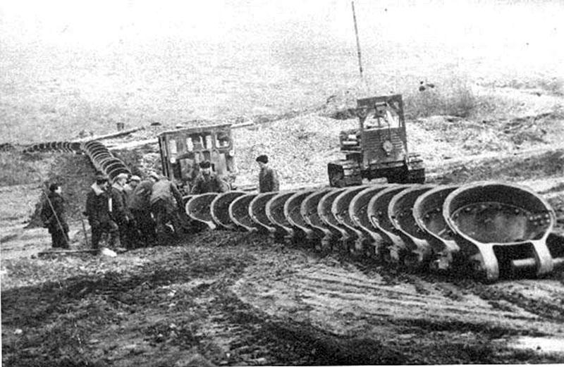 В 60-х годах ХХ-го века на драгу № 172 были завезены новые ковши с Иркутска завезли, цепь собирают дражники.
