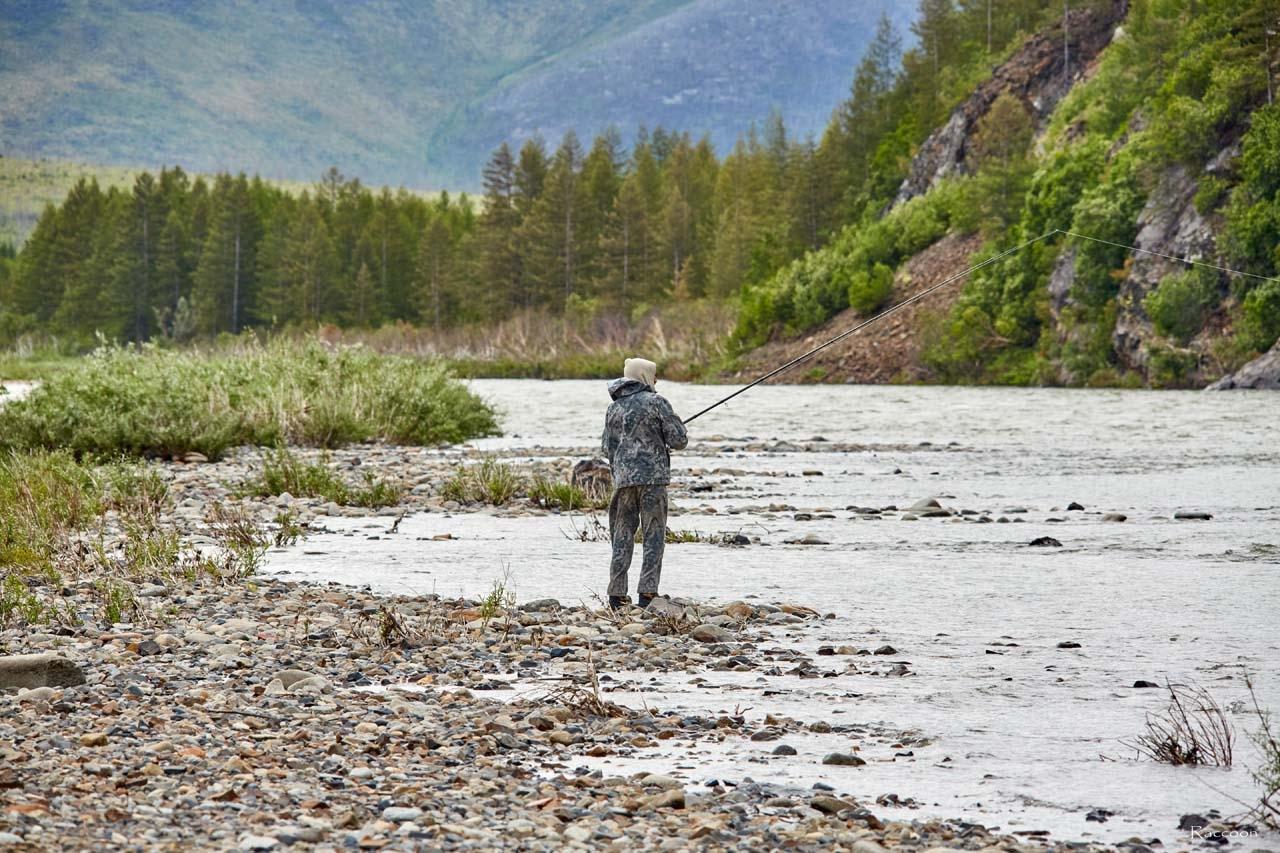 Рыбак Юрий Филипповский на реке Сеймчан.