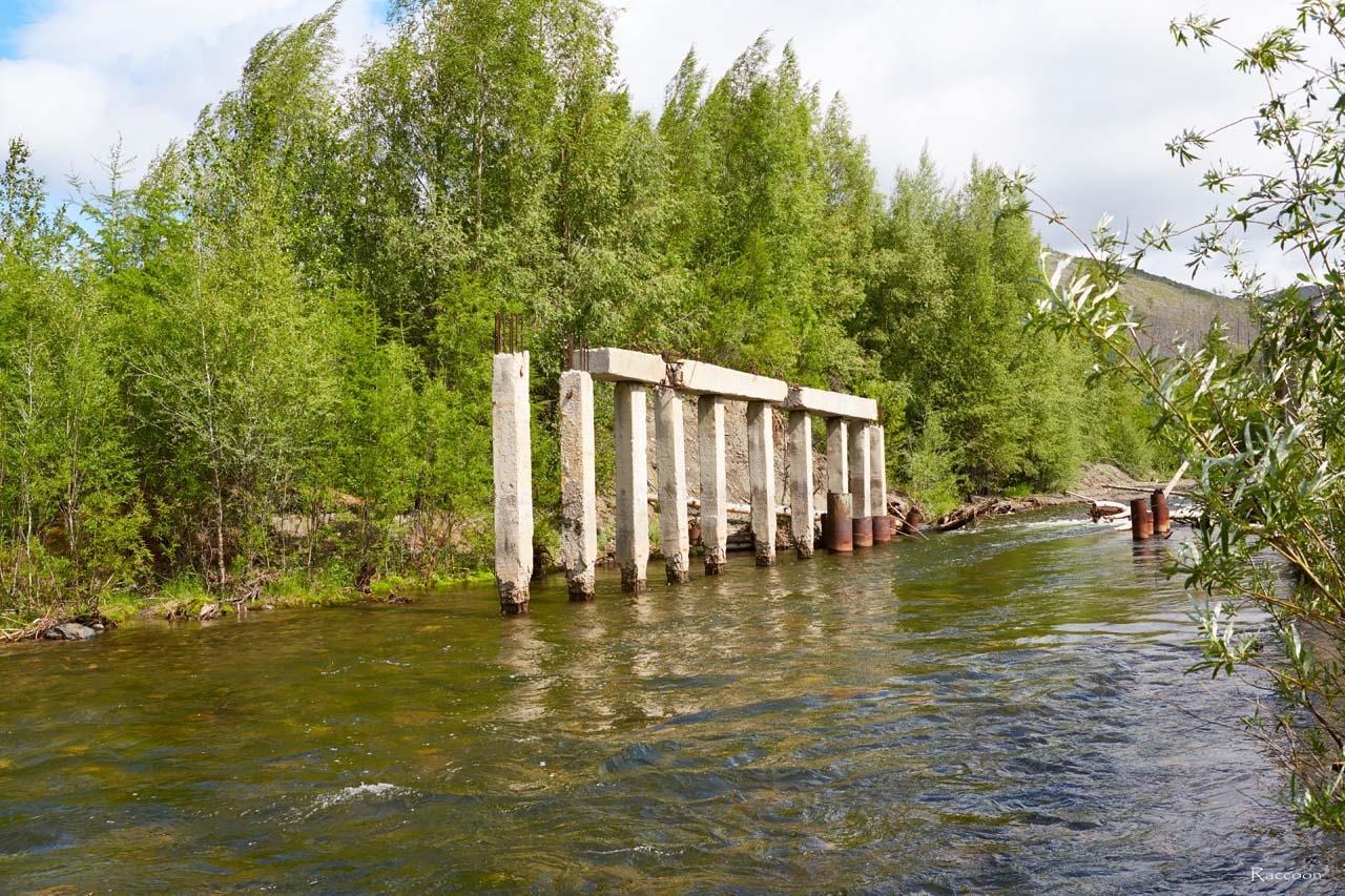 Разрушенный мост через Дюрясь-Юряге по дороге на фабрику №15.