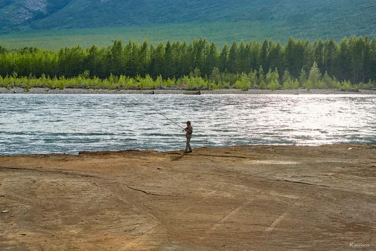 Рыбак на реке Сеймчан.