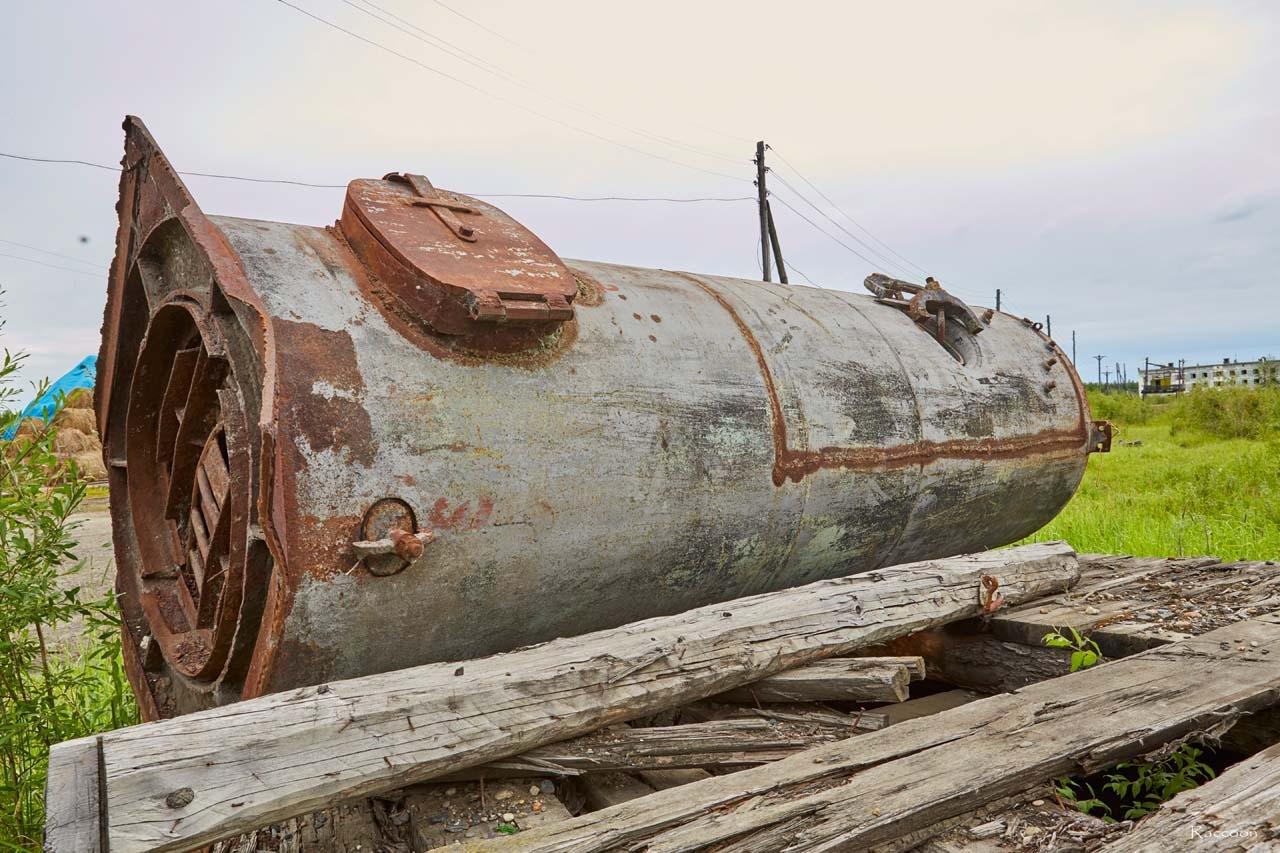 Часть паровой машины на пристани у села Колымское. 2017 год.