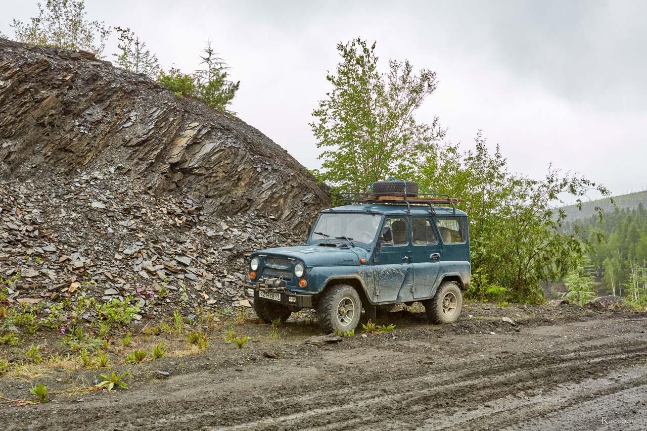 Наш Боливар у склона одной из сопок на трассе Усть-Среднекан - Ларюковая. 2017 год.