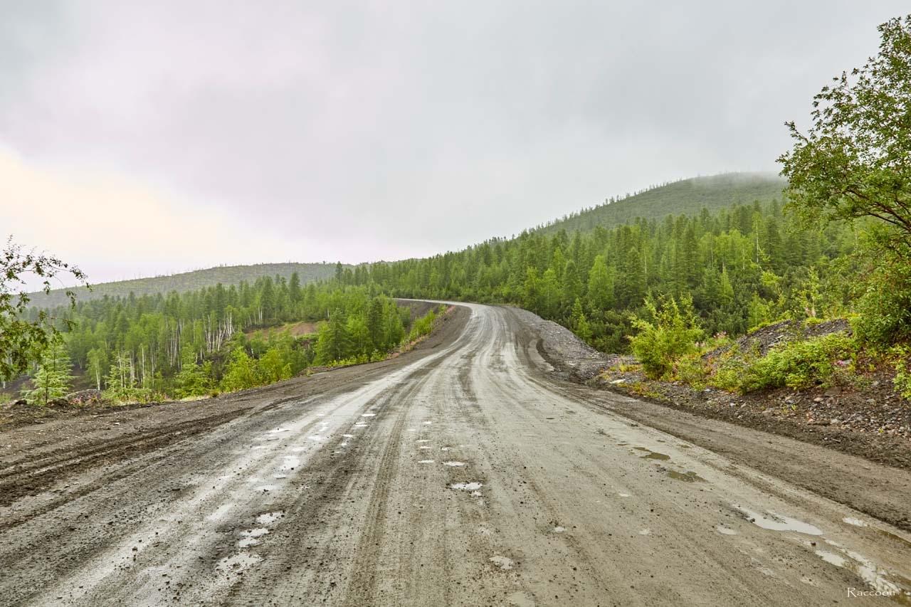 Пройдя через перевалы и сопки, дорога выходит на равнинный участок. Трасса Усть-Среднекан - Ларюковая. 2017 год.