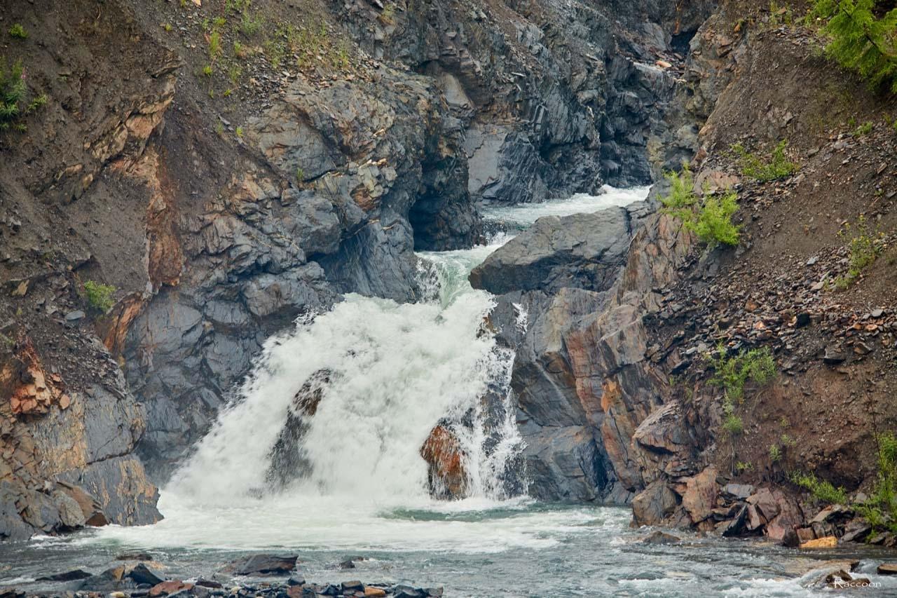 Водопад на трассе Ларюковая - Усть-Среднекан, 8 километр трассы. 2017 год.