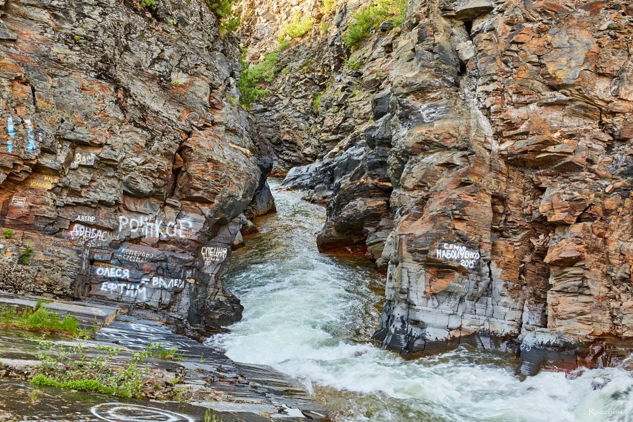 У водопада на ручье Каскадном. Наскальная живопись питекантропов. 2017 год.