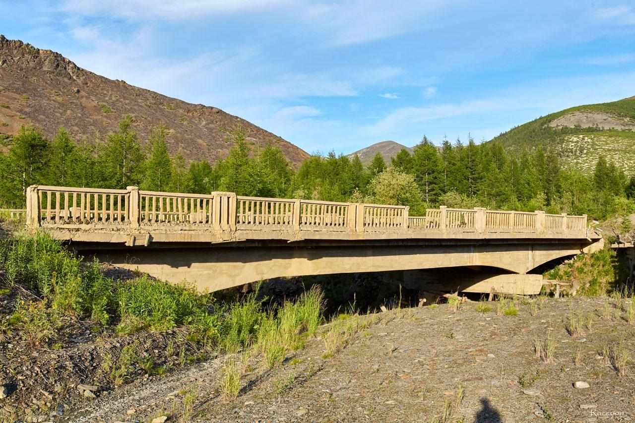 Мост, предположительно, конца эпохи Дальстроя 50-60 годы прошлого века на ручье Обрывистом. 2017 год.