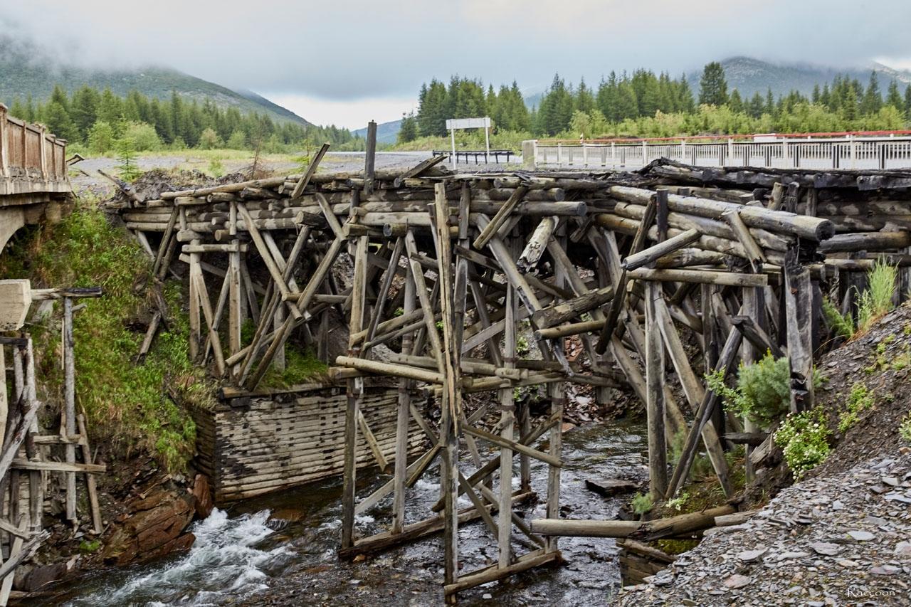 Мосты на ручье Обрывистом. На переднем плане виден первый. деревянный мост, времен Дальстроя. на заднем плане современный мост, который эксплуатируется в настоящее время. 2017 год.