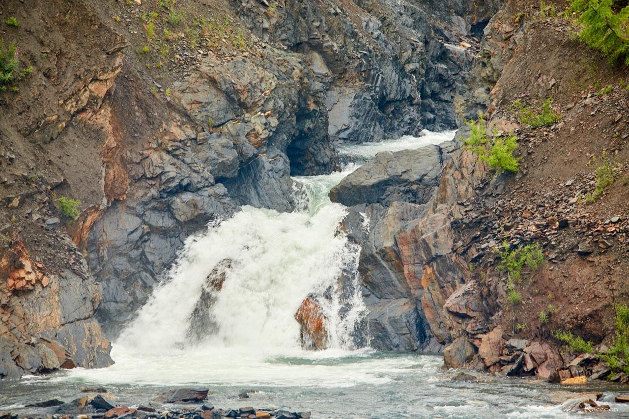 Небольшой водопад на 8 километре Трассы Ларюковая - Сеймчан. 2017 год.
