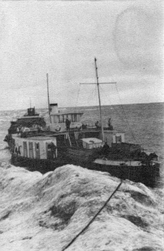 Суда Лено-Колымской экспедиции под защитой стамухи. 1933 год.