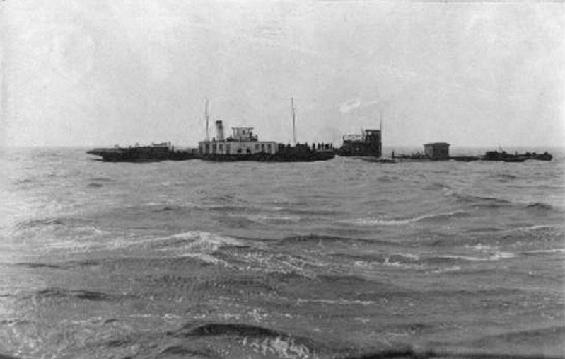 Пароход «Дальстрой-2» (ДС-2) у гибнущей баржи. 1933 год.