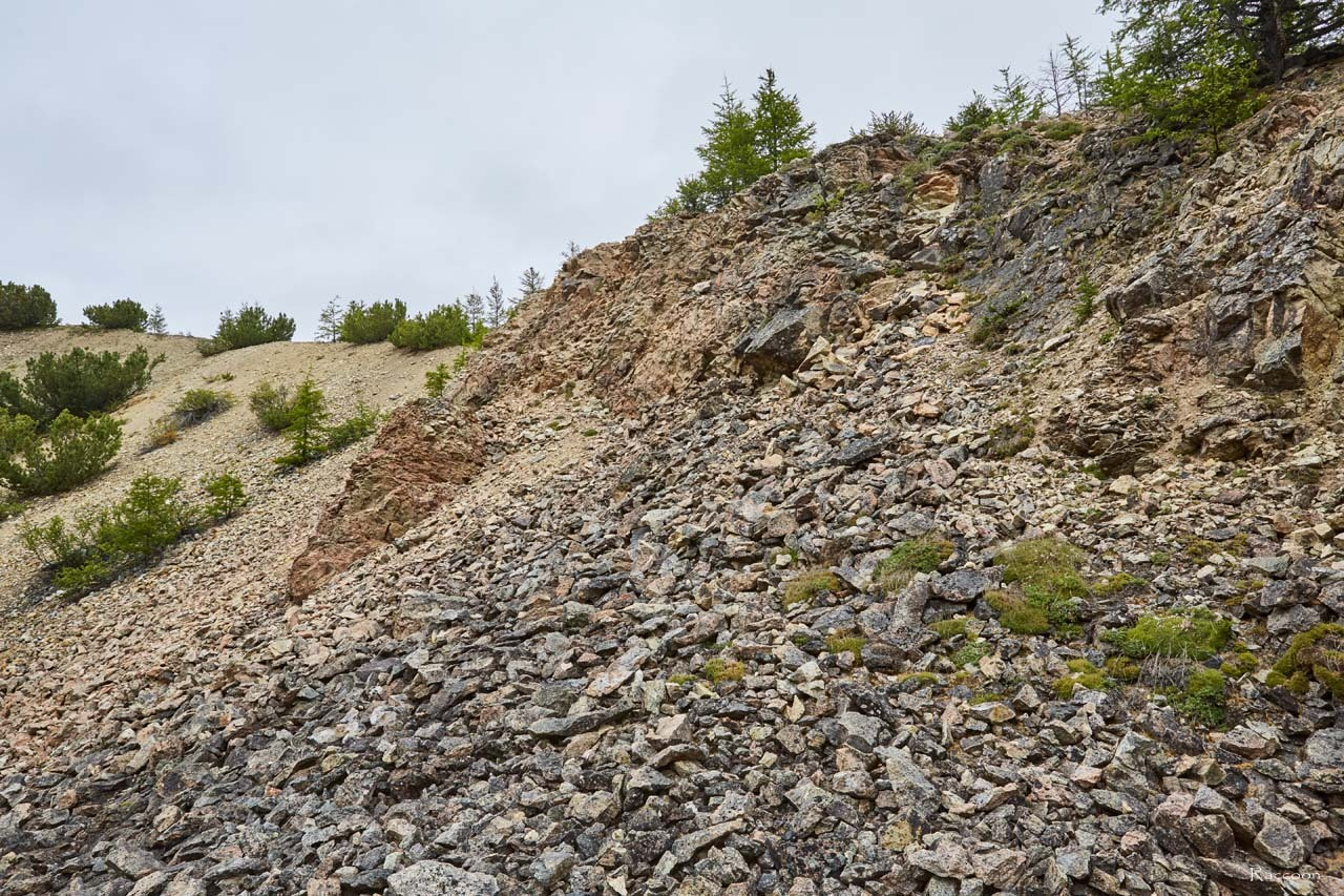 Скалы вдоль дороги.