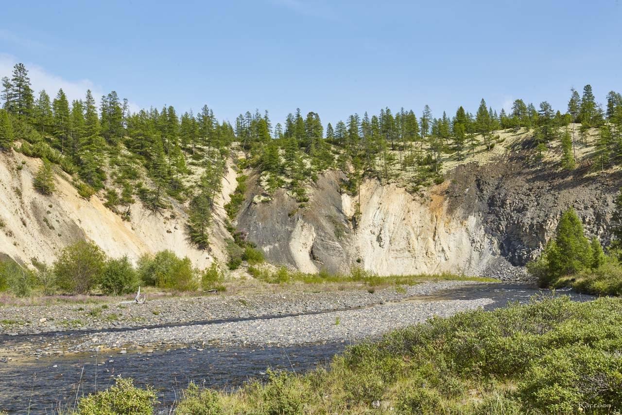 Обрывистый берег ручья Гипотетического радует палитрой красок.