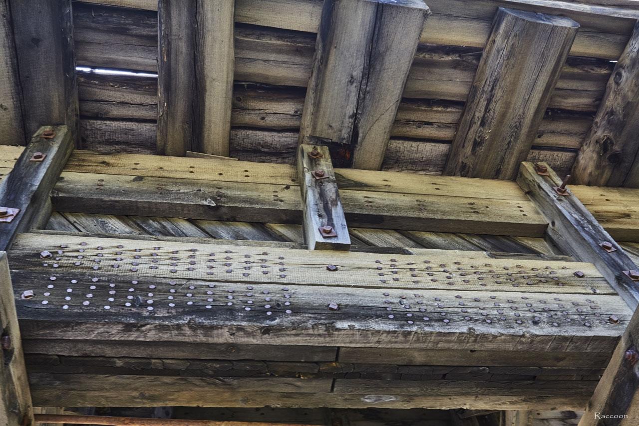 Место соединения несущих элементов конструкции моста.