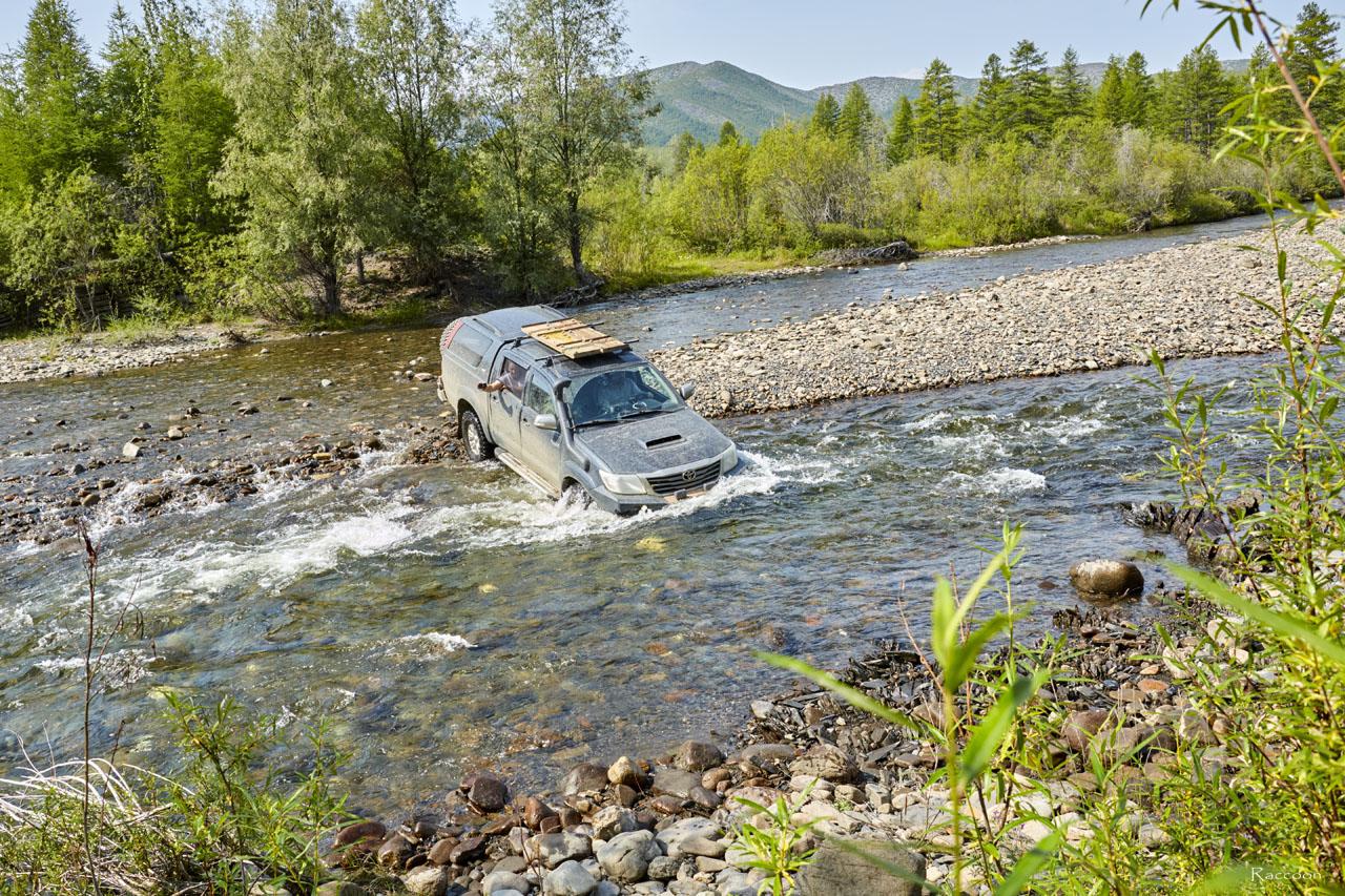 Переправа через Нерючи Toyota Hilux.