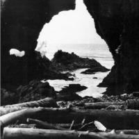 С-176 зашла в кратер бухты Броутона на острове Симушир. Один день посвятили исследованию острова. Один из многочисленных гротов. 1981 г.
