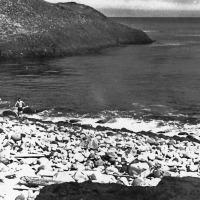 Это уже Тихоокеанское побережье Симушира. Здесь тепло, примерно градусов 20, если не выше. Двое экстремалов из нашей группы решили окунуться в океан. Следует учесть, утром на другой стороне острова нас засыпал снег. Июнь 1981года