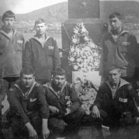 У памятника Герою Советского Союза Виктору Ильичеву в поселке Завойко на Камчатке