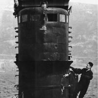 С - 176 стоит на якоре в бухте Нагаева в Магадане. У трапа начальник медслужбы Владимир Васильевич Демченко. 1983 год.