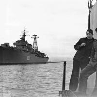 C-176 стоит на якоре в Авачинской бухте. Шапошников Григорий справа, слева - мичман Иванов Герман. 1982 год.