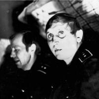 Старшина команды трюмных - мичман Корняк и старшина команды электриков - мичман Сидякин развлекаются за партией в домино в свободное от службы время. Петропавловск, 1982 год.