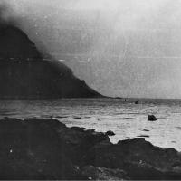 Вот она, «Преисподняя»! Это вход в бухту Броутона - это заполненный водой кратер вулкана. Очень трудно суда входить... Справа видны останки взорванного транспорта «Посьет» - не попал в узкий проход, промазал... Пришлось уничтожить.