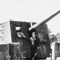Лето 1981, Григорий Шапошниковна батарее №960, прикрывающей Магадан со стороны моря. Пушка калибром 130мм