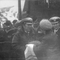 Женсовет 182-й отдельной бригады подводных лодок вручает хлеб-соль командиру экипажа С-176 Блюменсон И.И, вернувшемуся из дальнего похода. На переднем плане зам нач штаба 182 ОБПЛ капитан третьего ранга Ким
