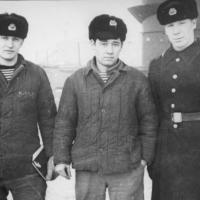 С-198. Слева направо - трюмный Котляков, моторист Джура Каримжанович Атабаев, и командир отделения мотористов.