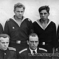 Рулевая группа С-198, слева - командир рулевой группы л-т Чефонов И.Г., в центре - старшина команды рулевых-сигнальщиков м-н Линейцев. дата: 1961 год (приблизительно)